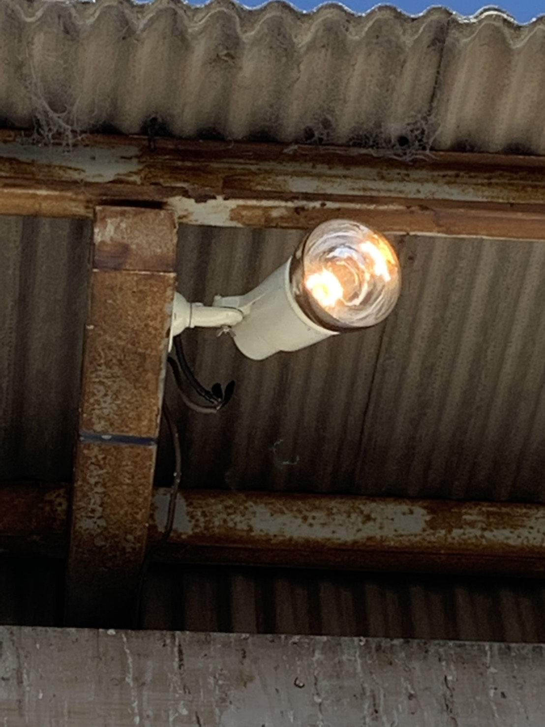 名古屋市港区駐車場投光器「これで、暗くなっても安心ですね!!」電気工事店【株式会社さつき電気商会】