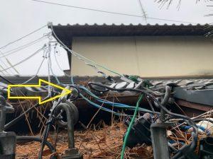 三重県四日市市 店舗 電気工事店 「曲がりアームを利用し支持点のかさ上げをしました。」引込電線の改修電気工事【株式会社さつき電気商会】